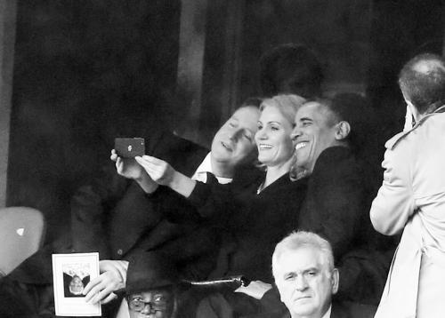 """奥巴马""""小动作""""引调侃热议:意外握手欢乐自拍"""