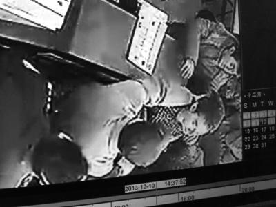 监控显示,店主被人掐着脖子拽离现场。