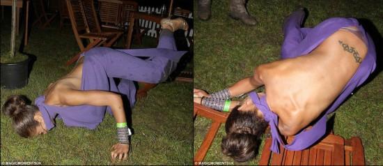 尴尬的�y.bz(�XnxKny�N�G��'��_女星红毯摔倒瞬间真尴尬!