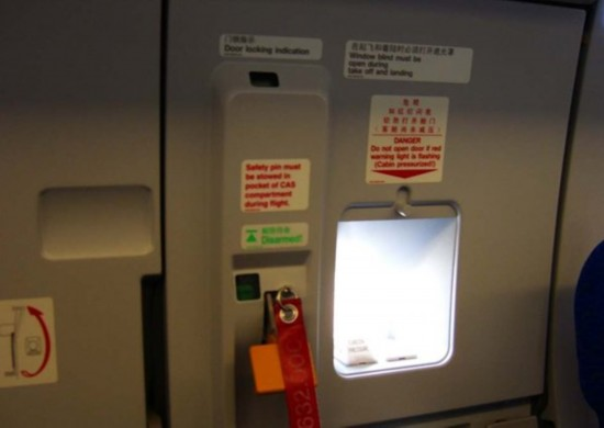 在飞机停稳后,所有乘客起身准备排队走出,冯某所坐座位位於安全门附近