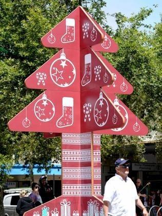 圣诞树/圣诞节即将来临,装满饰品的各色圣诞树纷纷登台亮相。但是,...