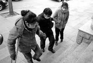 昨天上午,31岁的李晓航和父母一起来到法院,一家三人都戴着口罩,李晓航的母亲还拄着拐。