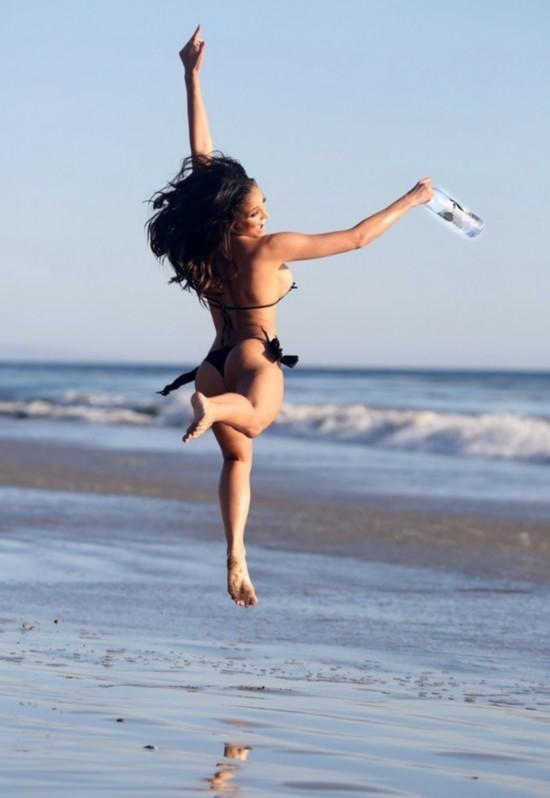 美女超模海边比基尼拍广告引围观组图 中国