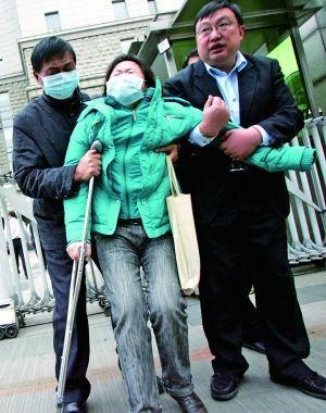 李晓航母亲走出法庭后哭泣。
