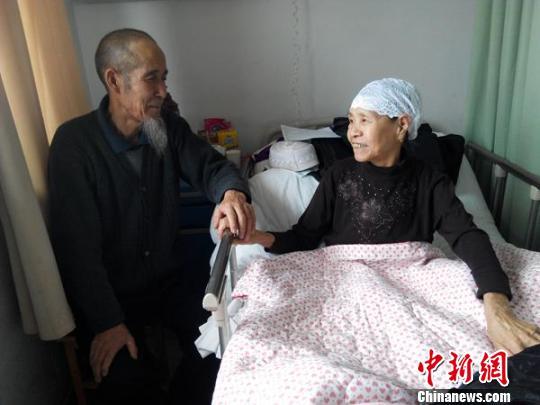 """新疆一老人患怪病胸腔如""""鼓""""身高萎缩40厘米"""