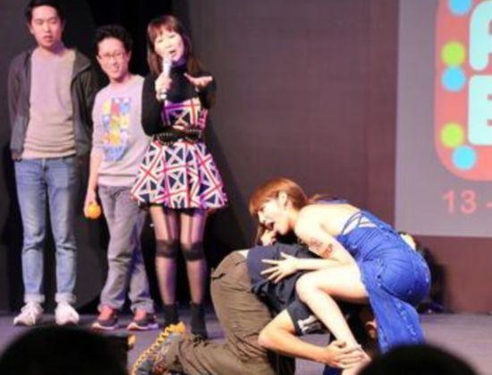 台上让男性粉丝钻到胯下