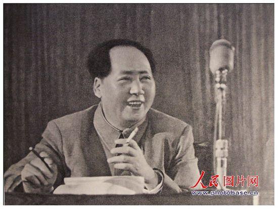 1955年,毛泽东在全国代表会议上