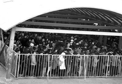 昨日,地铁13号线龙泽站,早高峰乘客在站外的进站棚中排成迂回长队。新京报记者 郭铁流 摄