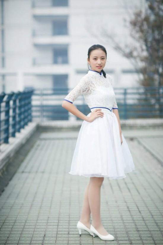 浙江大学礼仪队美女走红 笑容灿烂白裙飘飘似