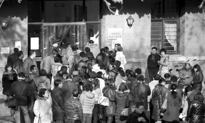 昨日,北京大学,考生们在门口排队进场,当天北京大学举行2014年高招自主招生的面试和体能测试。新京报记者 薛�B 摄