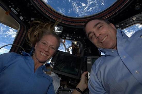 组图:美国宇航员太空玩自拍秀美景 以地球做背景