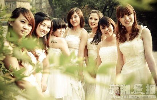 7名女生合拍毕业婚纱照 寒冬露臂引尖叫