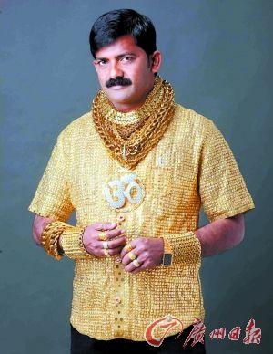 印度高富帅达塔・普吉穿着黄金T恤。