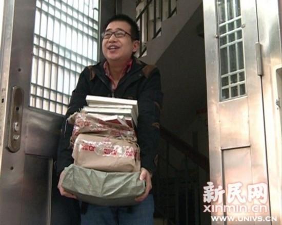 图说:又买了一堆新书的陈天翔。新民网记者 李欣 摄
