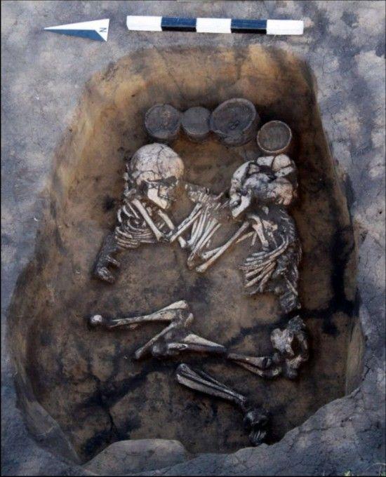 西伯利亚发现3500年前情侣墓 尸骨面对面手