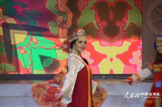 婀娜的俄罗斯佳丽展示民族服饰