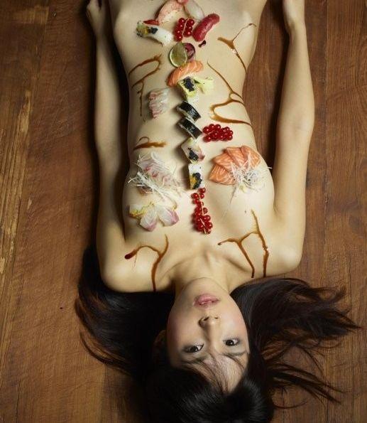 女体盛就是用少女裸露的身躯作盛器