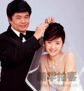 """许戈辉是香港凤凰卫视""""名人面对面""""""""戈辉梦工场""""两档栏目的""""当家花旦"""",以机敏、活泼、睿智的主持风格,被华语电视评为十大金奖主持人。这个万众瞩目的漂亮女人,2005年以低调姿态踏入婚姻殿堂。"""