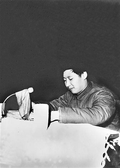 1983年12月22日,时任中共正定县委书记习近平在发展商品生产三级干部会上讲话。