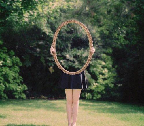 """惊叹!英国少女借镜子拍""""无身照"""" 高清组图"""