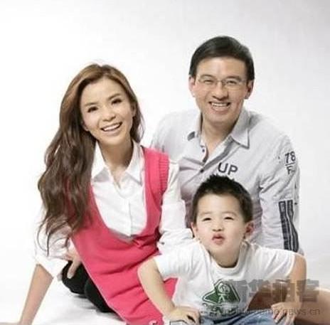 """""""非典""""时期, 朱迅和央视新闻部的金牌主持人王志一见钟情,并迅速结婚生子。两人婚后一直非常恩爱。"""
