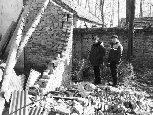 宋争光和父亲站在已经坍塌的房子上,若有所思。 图片由宋的家人提供