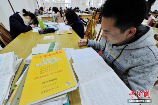 2014年全国硕士研究生统一入学考试的考生在福建农林大学图书馆内