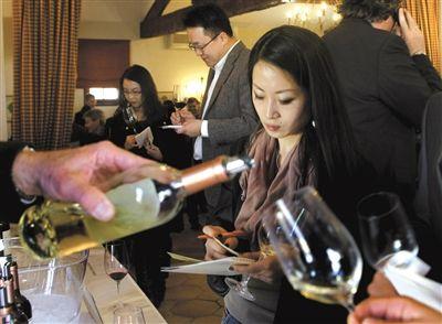 越来越多的中国商人热衷投资法国酒庄。过去5年,中国商人收购了60家波尔多酒庄。