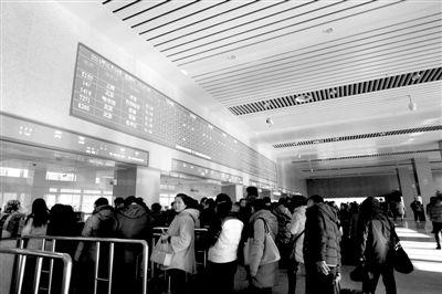 昨日,辽宁省沈阳市,旅客在沈阳北站查看列车开行时刻表。春节临近,抢票大战大幕拉开。图/CFP