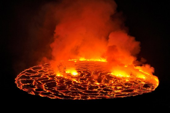 """高清:探访世界最大熔岩湖""""魔鬼的高炉""""神秘壮观【9】"""