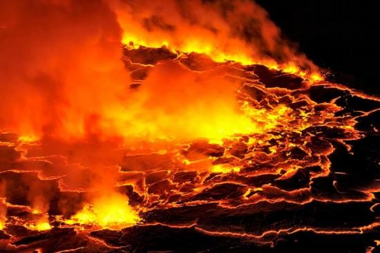 """高清:探访世界最大熔岩湖""""魔鬼的高炉""""神秘壮观【10】"""