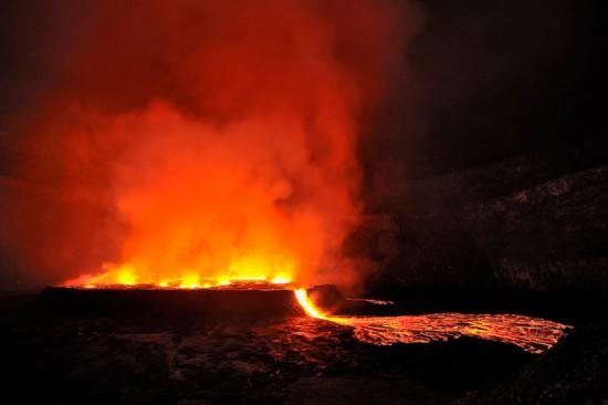 """高清:探访世界最大熔岩湖""""魔鬼的高炉""""神秘壮观"""