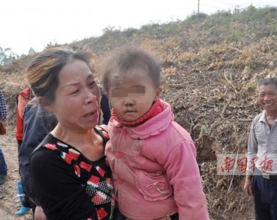 小美的母亲抱着失而复得的孩子喜极而泣。
