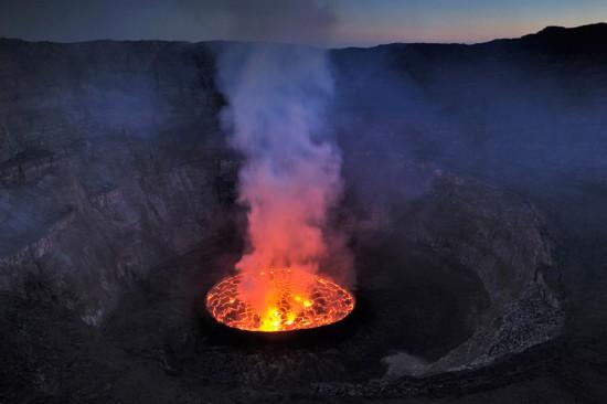 """高清:探访世界最大熔岩湖""""魔鬼的高炉""""神秘壮观【8】"""