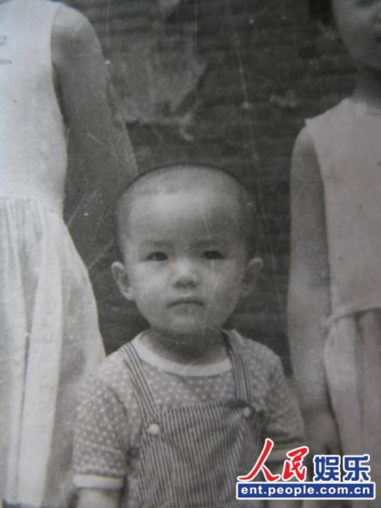 美女主持朱迅曝童年光头照:活脱脱 小帅哥 一枚