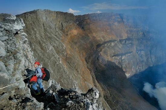 """高清:探访世界最大熔岩湖""""魔鬼的高炉""""神秘壮观【13】"""