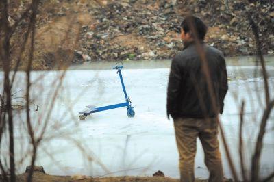 事发地点冰面上孩子们的玩具车仍停在原处。