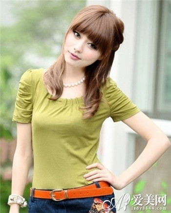 齐刘海的中长发公主头发型,过肩的卷发给时尚女生的高雅开朗的形象图片