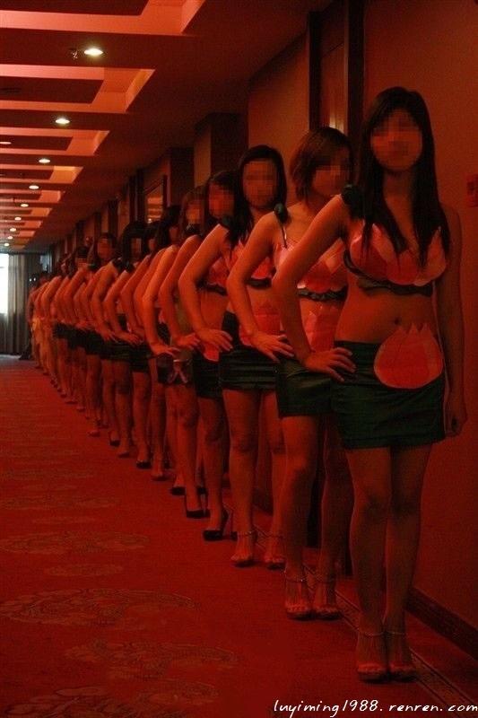 洗浴中心小姐性愛小说_据东莞卖淫女介绍,她们有统一的编号,桑拿中心一开始便会对她们进行
