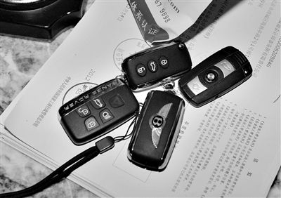 豪宅门厅的桌子上放着四把豪车钥匙。