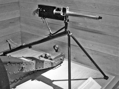 明中,包括喷洒灭火器与蒸汽驱动飞机,最成功的还是马克沁全自动机