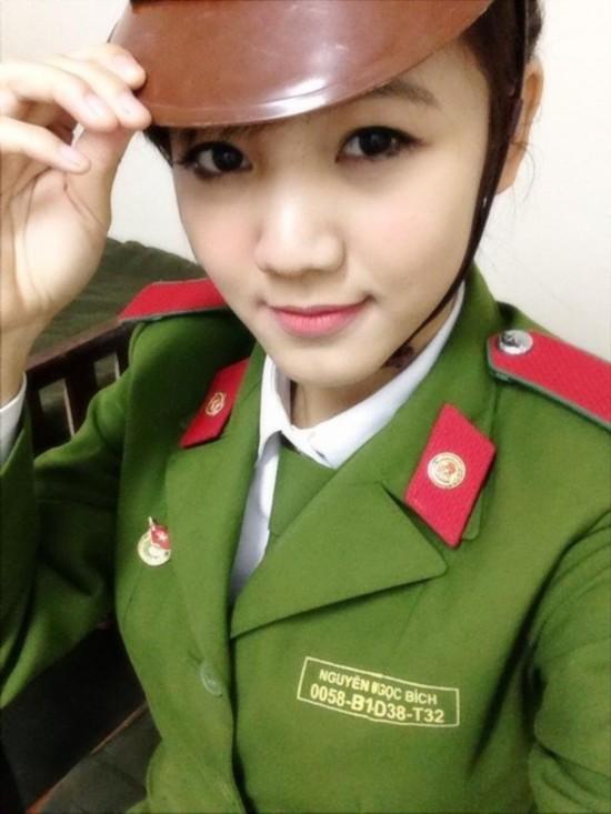 越南清纯小女兵练打 教官手把手指导 中国日