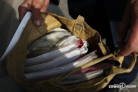 陕西 音乐/张大爷的歌谱越来越多了,这一包有四五斤重呢。...