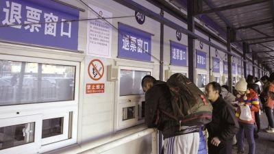 北京西站启用临时票务窗口。京华时报记者蒲东峰摄