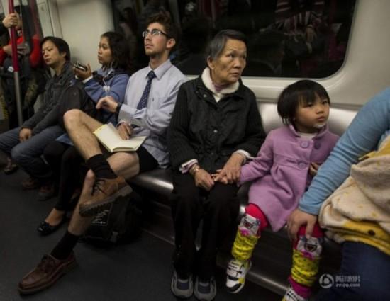 香港不穿裤子节美女仅穿内裤搭地铁