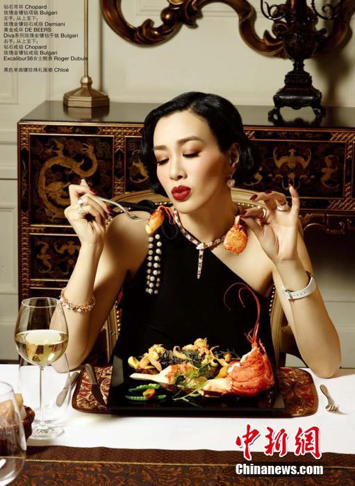 钟丽缇穿深V装吃西餐 撅红唇卖萌