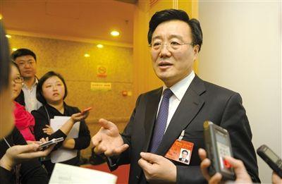 昨日,在十四届人大二次会议顺义代表团全团审议后,北京市人大代表、北京市常务副市长李士祥接受记者提问。新京报记者