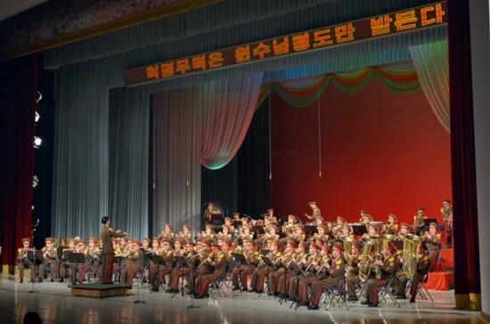 朝鲜最高领导人金正恩日前观看并指导朝鲜人民军军乐团演奏会.图片