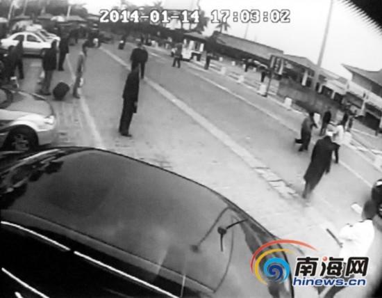 ...海口火车站发生的殴打37路公交车事件的监控录相.   这辆37...