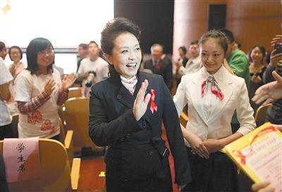 """第26个""""世界艾滋病日"""",彭丽媛在活动现场与大学生志愿者交流。"""